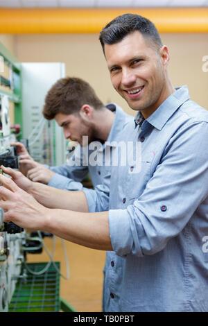 Ingenieure testen ein Panel - Stockfoto