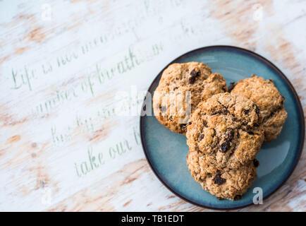 Obst Scones - frisch gebackene Scones, Rosinen und Zimt auf vintage Platte - Stockfoto