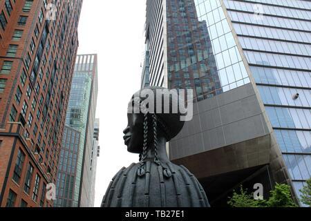 """New York, Vereinigte Staaten. 29 Mai, 2019. Foto der monumentale Skulptur """"Brick House"""", von uns Künstler Simone Leigh, in der High Line, die lange Park, der von der 14. Straße läuft bei 30 bis Ende installiert, in New York, USA, 29. Mai 2019. Eine große bronzene Büste von fünf Meter hohen Kronen in dieser Woche den zehnten Avenue in New York in der High Line, ein Gesicht einer afrikanischen Frau, mit der die renommierten Bildhauers Simone Leigh Hommage an die """"schwarze Schönheit zahlt"""" in der neuen Nachbarschaft Hudson Yards des Big Apple. Credit: Alvaro Celorio/EFE/Alamy leben Nachrichten - Stockfoto"""