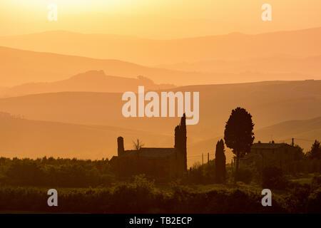 Die Silhouetten der Häuser und Bäume bei Sonnenuntergang - Stockfoto