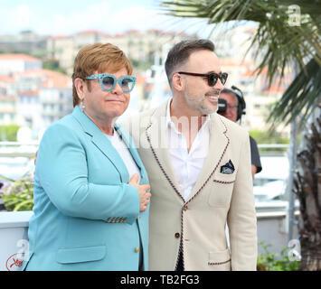 """CANNES, Frankreich - Mai 16: Elton John und David versorgen nehmen an der """"Rocketman"""" fotoshooting während der 72Nd Cannes Film Festival (Credit: Mickael Chavet/Pr - Stockfoto"""