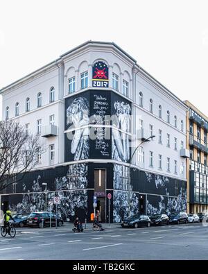Urban Nation Museum der Street Art in Schöneberg-Berlin, Fassade Kunst von Snik & Hera ist eine Hommage an die Natur - Stockfoto