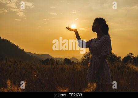 Silhouette der schöne junge Frau in der Gerste Feld weisse Sonne auf der Hand. - Stockfoto