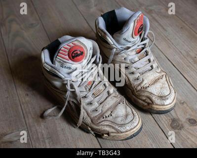 Paar alte abgenutzte 1990 s Reebok Pump white Basketball Sneakers