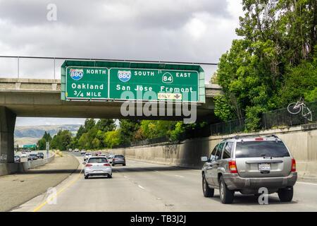 Mai 26, 2019 Fremont/CA/USA-Reisen auf der Autobahn in Richtung Oakland im Osten der Bucht von San Francisco - Stockfoto
