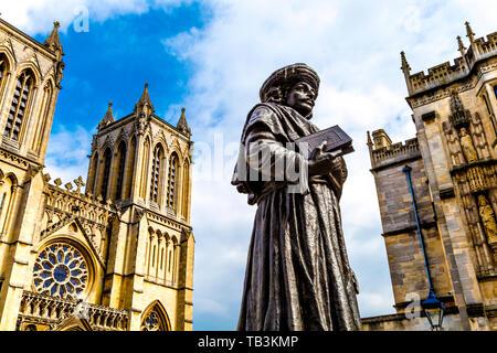 Bronze Skulptur von Raja Ram Mohan Roy von niranjan Pradhan vor der Kathedrale von Bristol, College Green, Bristol, Großbritannien