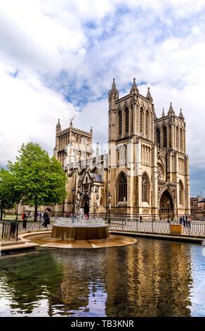 Kathedrale von Bristol und Brunnen im College Green, Bristol, Großbritannien