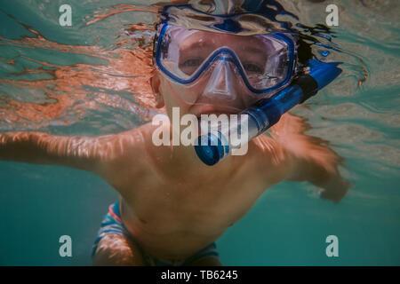 Glückliches Kind Schnorcheln. Junge mit Taucherbrille und Schnorchel schwimmen im Meer. - Stockfoto