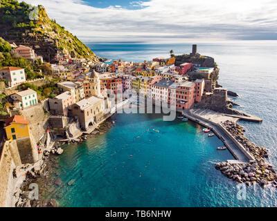 Luftaufnahme von Vernazza, einer der fünf Jahrhunderte alte Dörfer der Cinque Terre, auf robusten Nordwestküste von Italienische Riviera, Ligurien, Italien. - Stockfoto