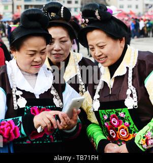 Zhouxi Miao Frauen tragen traditionelle Kostüme während der Lusheng Festival. - Stockfoto