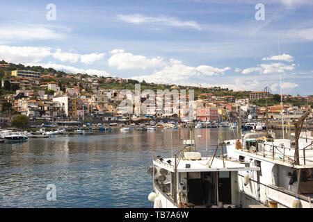 Aci Trezza Sizilien, touristischen Hafen, Fischerboote, schönes Dorf in bunten sonnigen Tag - Stockfoto