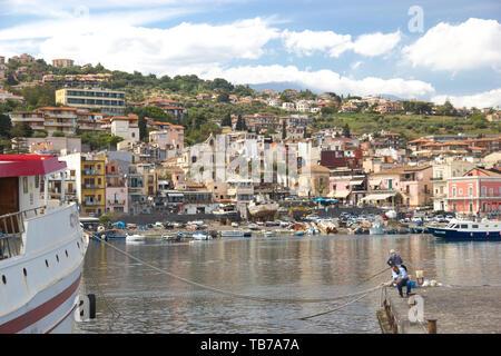 Aci Trezza Sizilien, Panorama der Stadt von der touristischen Hafen, Fischerboote und sonnigen Himmel - Stockfoto