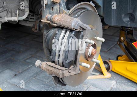 Blick auf die neuen Bremsscheiben und Bremsbeläge zu einem Auto ausgestattet. Bremssattel entfernt - Stockfoto