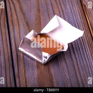 Pralinen in Folie auf weißem Hintergrund gewickelt. - Stockfoto
