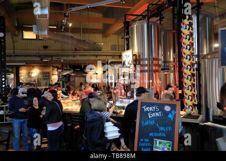 Kunden Genießen Handwerk Bier im Ausschank der Städtischen Growler Brewing Company. Saint Paul Minnesota. USA - Stockfoto