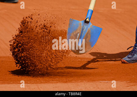 31. Mai 2019, Frankreich (France), Paris: Tennis: Grand Slam/ATP-Tour, French Open, singles, Männer, 3. Runde, Federer (Schweiz) - Ruud (Norwegen): Sand geschaufelt auf das Gericht vor dem Spiel. Foto: Frank Molter/dpa Quelle: dpa Picture alliance/Alamy leben Nachrichten - Stockfoto