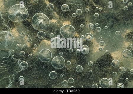Textur abstrakte closeup Hintergrund Eis mit Luftblasen durch Frost in die Masse des Wassers gefangen, während das Einfrieren. - Stockfoto
