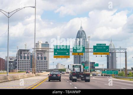 Mobile, USA - 24. April 2018: Alabama südliche Stadt Stadt Himmel und Stadtbild Skyline mit modernen Gebäuden und Autobahn Straße Verkehrszeichen - Stockfoto