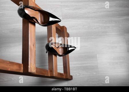 Weibliche Schuhe auf holzleiter. Konzept der Karriere Ausfall - Stockfoto