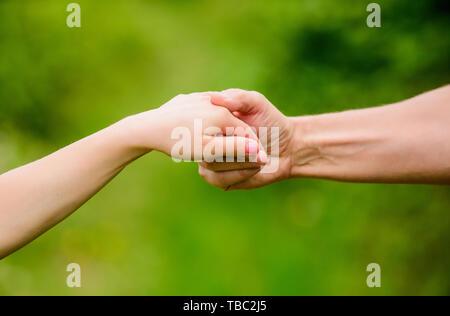 Die gesamte Unterstützung für Zicklein. Hilfreiche Hand des Vaters. Die Erziehung und Entwicklung des Kindes. Freundlichkeit und Unterstützung. Vertrauensvolle Beziehungen. Familiären Bindungen. Unterstützung für Ihr Kind. Freundschaft und freundschaftliche Beziehungen. - Stockfoto
