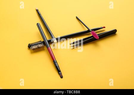 Satz von Tools für die Augenbrauen Korrektur auf farbigen Hintergrund - Stockfoto