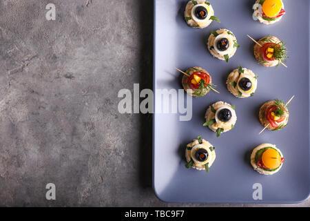 Mit leckeren Häppchen auf grau Auflageplatte - Stockfoto