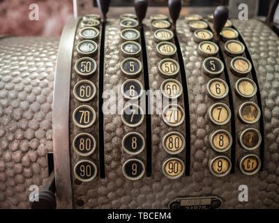 Vintage Metall Kasse mit nummerierten Schaltflächen - Stockfoto