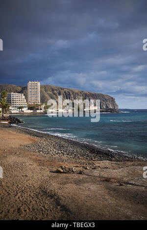 Teneriffa Küstenlinie mit einem Strand, Felsen und Gebäuden - Stockfoto