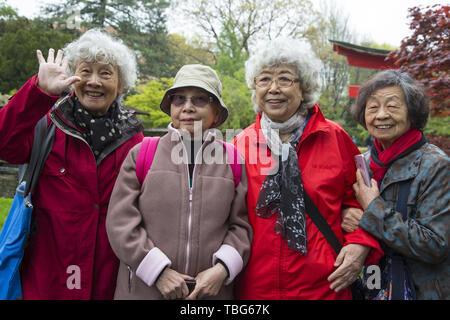 Älteren japanischen Touristinnen im Brooklyn Botanic Garden in der Zeit der jährlichen Frühjahrstagung des Japanischen Cherry Blossom Festival als Sakura Matsuri in Brooklyn, New York bekannt. - Stockfoto