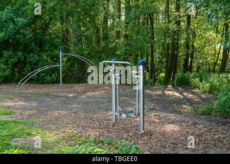 Sport Ausstattung für Außenanlagen ist im Park zur Verfügung und lädt Sie ein zu tun Outdoor Sport. - Stockfoto