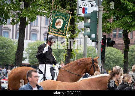 Ein uniformierter Reiter Holding eine Fahne in der Hand führt eine Parade - Stockfoto