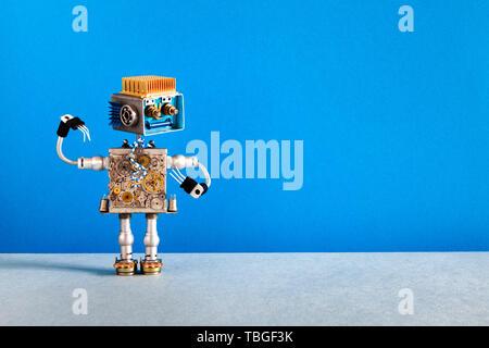 Mechanische Roboter fröhliches Gesicht, Zähne Maschine räder Teile des Körpers. Kreatives Design Roboter Spielzeug auf blau grau hinterlegt. kopieren. - Stockfoto
