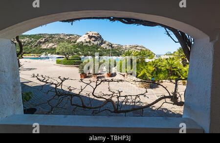 Luxus Yachten aus einem Bogen in Poltu Quatu, Costa Smeralda gesehen. Sardinien, Italien - Stockfoto
