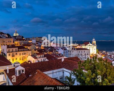 Blick vom Miradouro Santa Luzia in die Altstadt, Abendhimmel, Alfama, Lissabon, Portugal - Stockfoto