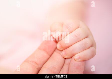 Die Hand des Neugeborenen baby, mutter, Bild mit geringer Tiefenschärfe. - Stockfoto