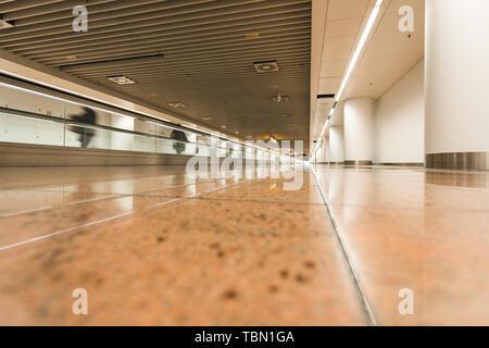 Modernen Flughafen Halle Innenraum mit unscharfen Menschen zu Fuß - Stockfoto