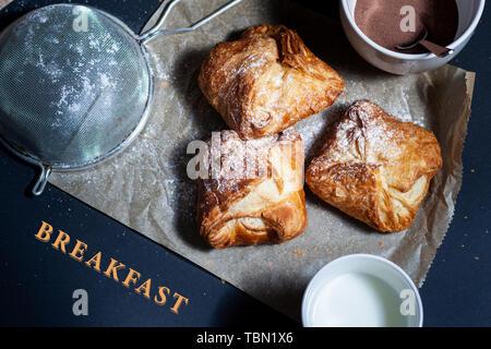 Frisch gebackenes Käse - Tuch mit Cottage - Käse auf rustikalen Hintergrund - Stockfoto