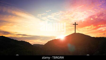 Kreuz auf dem Hügel - Stockfoto