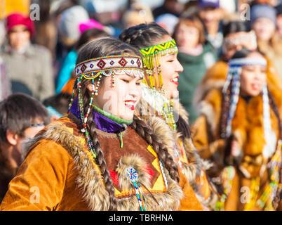 PETROPAVLOVSK, Kamtschatka, Russland - NOVEMBER 4, 2018: Folk Ensemble Performance im Dress der indigenen Völker von Kamtschatka. Die Ferienwohnung Nördliche aborig - Stockfoto
