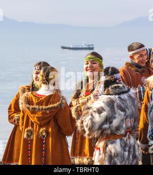 PETROPAVLOVSK, Kamtschatka, Russland - NOVEMBER 4, 2018: Folk Ensemble Performance im Dress der indigenen Völker von Kamtschatka. Die Ferienwohnung Nördliche aborig