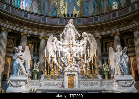Skulpturengruppe mit Maria Magdalena am Altar der Pfarrkirche La Madeleine Sainte-Marie-Madeleine, Paris, Frankreich   Altar Skulpturengruppe mit M - Stockfoto