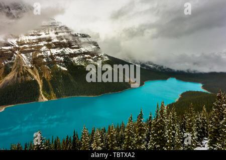 Malerische Peyto Lake in den kanadischen Rocky Mountains - Stockfoto