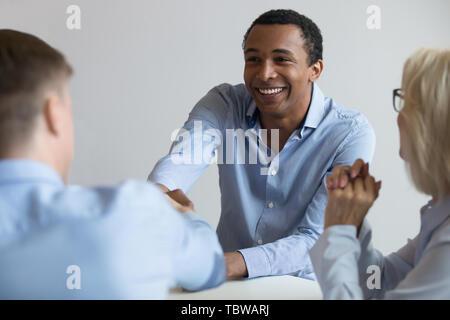 African American Antragsteller zitternden Hand der Arbeitgeber im Vorstellungsgespräch - Stockfoto