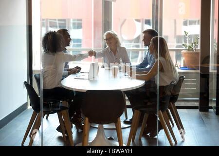Reife Geschäftsfrau Chef handshaking Business Partner bei Konferenz - Stockfoto