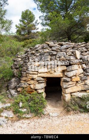 Hütte aus Stein in Navarra, Spanien, zwischen Torres del Rio und Viana auf dem Jakobsweg, Camino de Santiago - Stockfoto