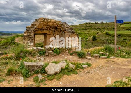 Alte Ruinen und einen Kilometer Marker in Navarra, Spanien, route Torres del Rio-Viana auf dem Jakobsweg, Camino de Santiago - Stockfoto