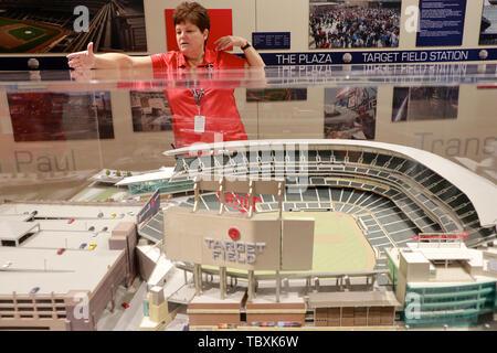 Weibliche guide Einführung in das Zielfeld Baseball Stadium während das Stadion Tour mit einem Modell der Stadium vor. Minneapolis Minnesota. USA. - Stockfoto