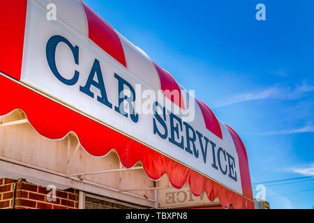 Auto Service Zeichen auf der gekrümmten Markise eines kommerziellen Ziegelgebäude - Stockfoto