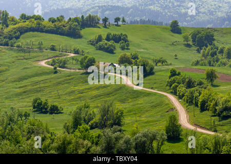 Schönen gewundenen Straße in der Bukowina in ländlicher Umgebung, Rumänien - Stockfoto