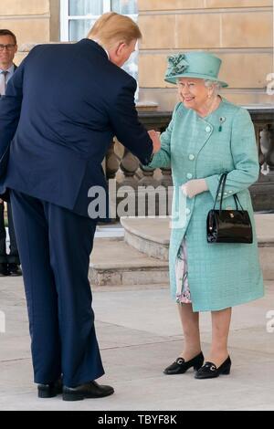 London, Großbritannien. 03 Juni, 2019. Us-Präsident Donald Trump grüßt Königin Elizabeth II. während der offiziellen Begrüßungszeremonie am Buckingham Palace Juni 3, 2019 in London, England. Credit: Planetpix/Alamy leben Nachrichten